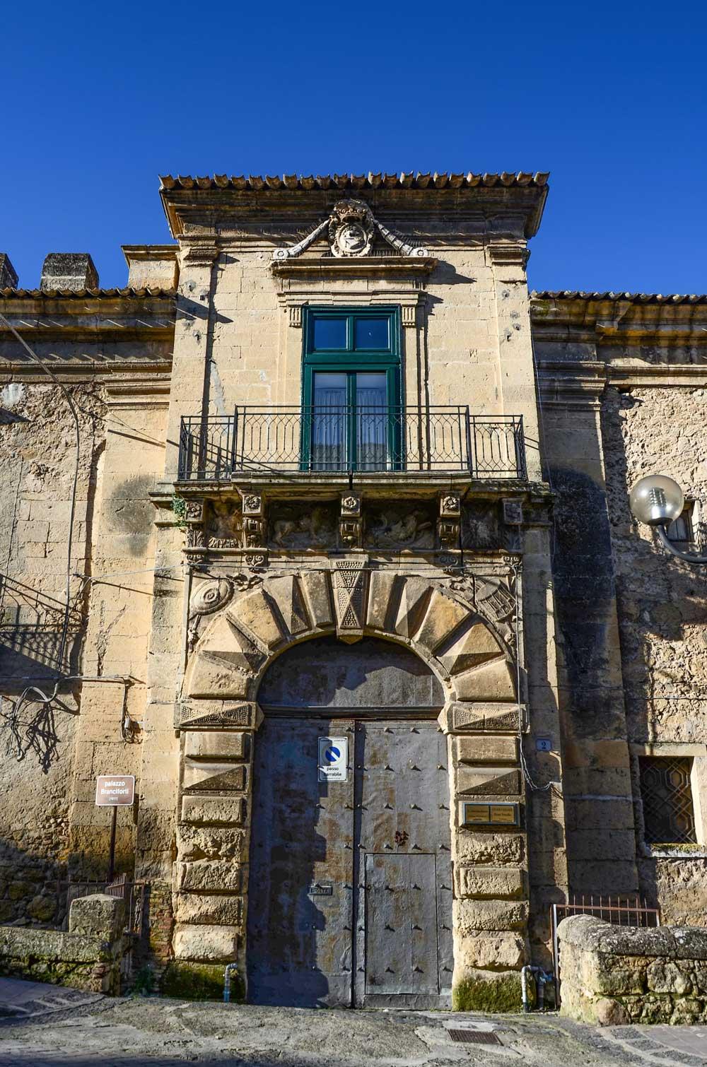 Leonforte, particolare di un palazzo.
