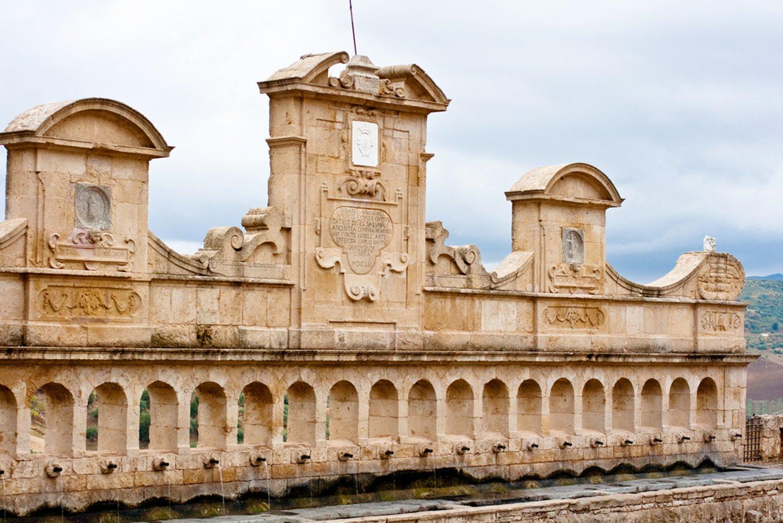 Leonforte particolare del palazzo