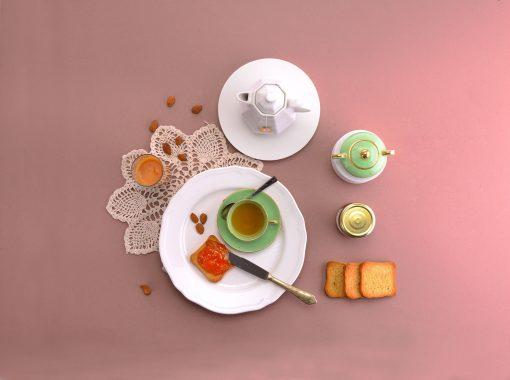 Colazione mattutina, con tè, caffè, fette biscottate e marmellata di pesche nel sacchetto di Leonforte.