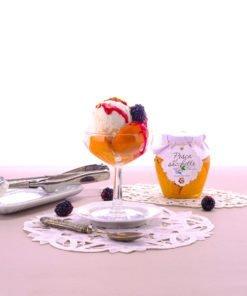 Gustoso abbinamento quello tra il gelato e i pezzetti di pesca sciroppata. Un abbinamento dolce e gustoso e scenico.